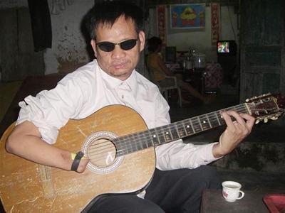Lê Đức Thuận (Diễn Châu, Nghệ An), khiếm thị, tay không ngón, chơi 12 nhạc cụ, trưởng ban nhạc