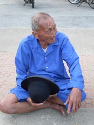 Cụ Huỳnh Cơ ngồi chờ cháu nội ngoài HĐT trường ĐH Đà Lạt